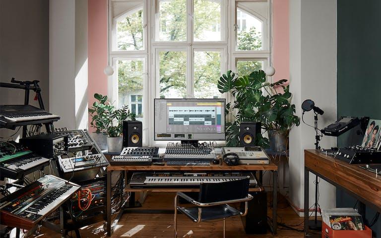 Sonniges Heimstudio-Setup mit Live 11 und mehreren Synthesizern