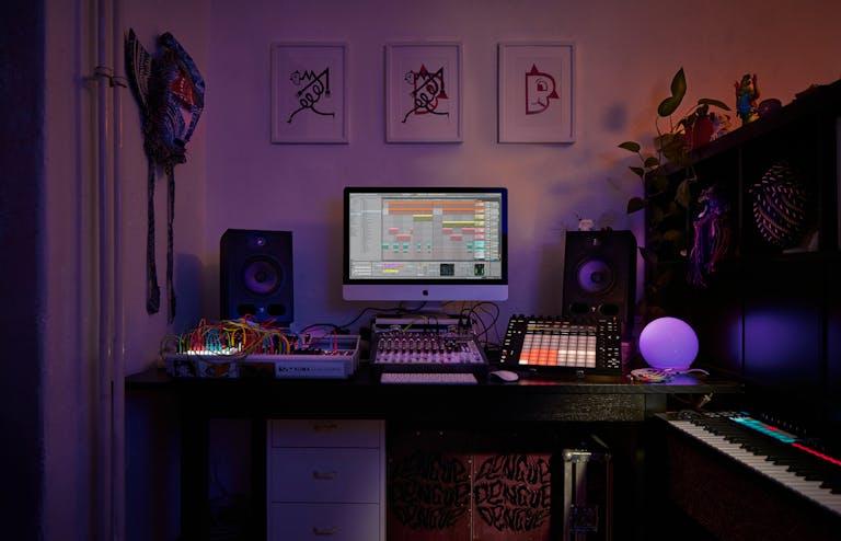 Photo prise de nuit d'un espace de création équipé d'un synthé modulaire, de Push et de Live avec Spectral Time ouvert.